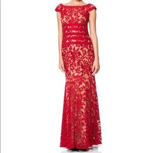 ♥️‼️Tadashi Shoji Embroidered RED lace gown‼️♥️